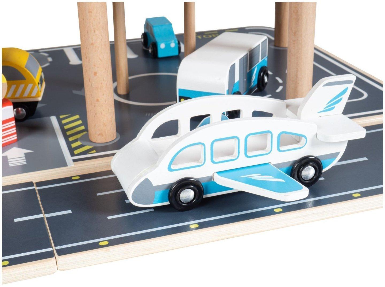 Odlot - lotnisko z parkingiem piętrowym, drewniany garaż
